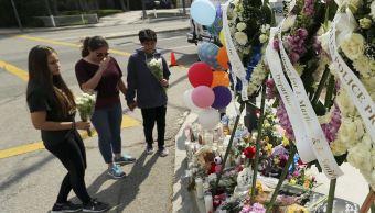 Ofrenda floral por las víctimas del tiroteo en una escuela de San Bernardino (AP)