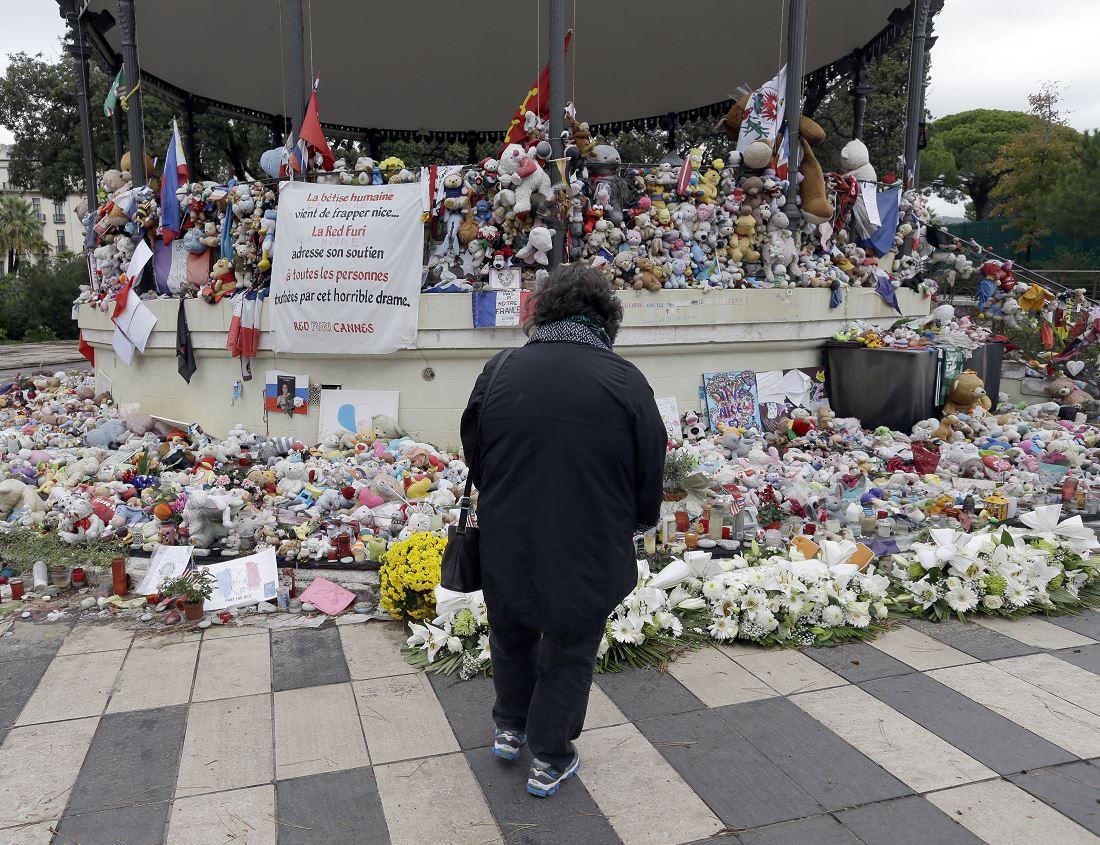 Ofrenda por las víctimas del ataque terrorista en Niza, Francia (AP, archivo)