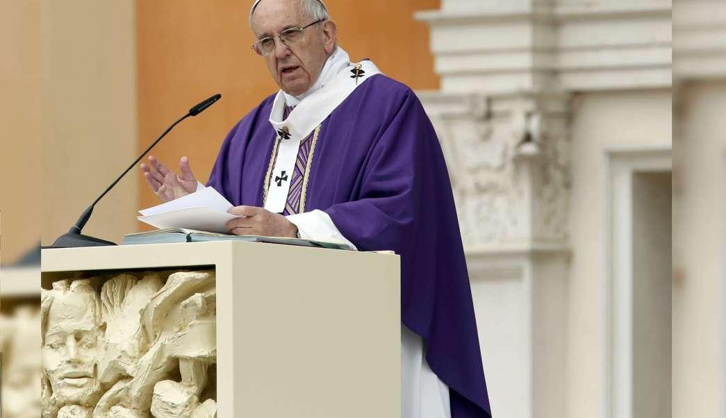 El papa Francisco habla mientras celebra una Santa Misa en Carpi, Italia, 2 de abril de 2017. (Reuters)