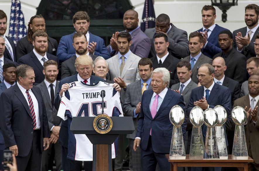 El presidente Donald Trump recibe una camiseta de los Patriotas de Nueva Inglaterra de manos del entrenador en jefe de los Patriots, Bill Belichick, a la izquierda, y el dueño de los Patriotas de Nueva Inglaterra, Robert Kraft. (AP)