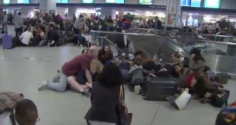 Falsa alarma de tiroteo provoca estampida en la estación de Penn Station de Nueva York. (Tomada de video)