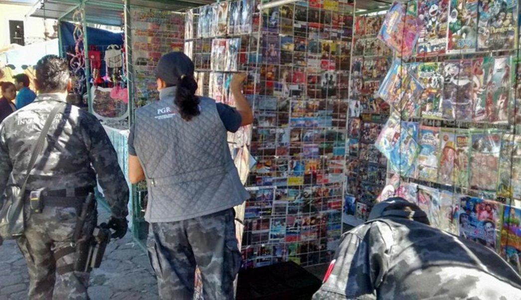 PGR realiza operativo contra la 'piratería'; las fuerzas federales confiscan 44 mil discos apócrifos en paraderos de estaciones del metro en la Ciudad de México (NTX, archivo)