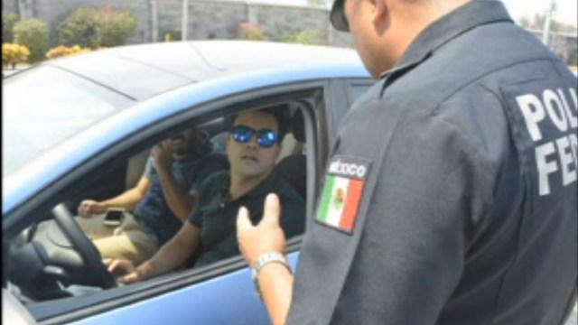 Efectivo de la Gendarmería apoya a automovilista; la Policía federal despliega más de 17 mil oficiales para cuidar a los vacacionistas (Noticieros Televisa)