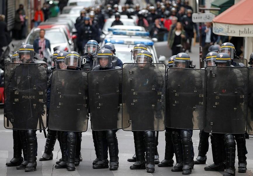La policía antidisturbios toma posición durante una marcha en vísperas de la primera ronda de las elecciones presidenciales francesas, en París, Francia (Reuters)