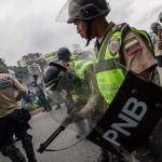Miembros de la Policía Nacional Bolivariana repliega a opositores en Caracas (EFE)