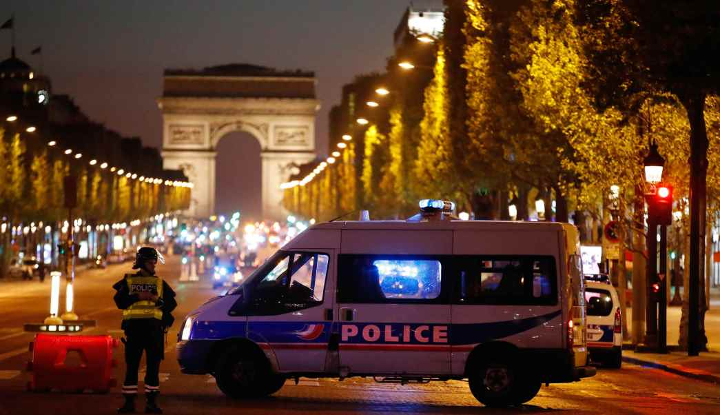 Policías franceses acordonaron la zona del tiroteo en Campos Elíseos.