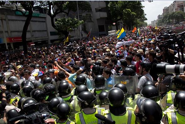 Policías venezolanos reprimieron las protestas opositoras contra el TSJ y Nicolás Maduro.