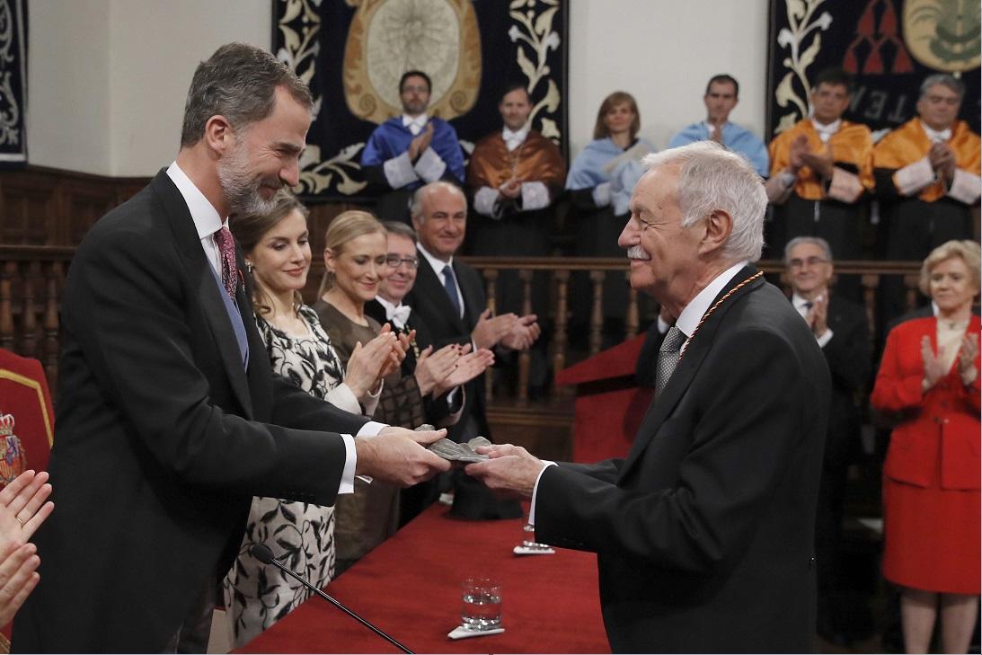 El escritor Eduardo Mendoza recibe de manos del rey Felipe VI el Premio Cervantes 2016 (Efe)