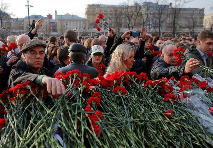 Miles de personas se reúnen en la plaza Manezhnaya para protestar contra el terrorismo (Reuters)