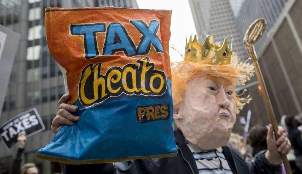 """El movimiento """"Marcha de los impuestos"""" convocó a manifestaciones que coincidieron con el día en que termina el plazo de la declaración fiscal en EU. (AP)"""