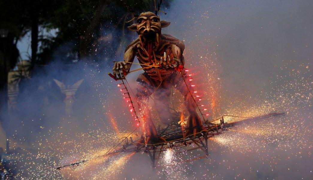 'Los Judas' son figuras rellenas de explosivos que, al arder, representan el triunfo del bien sobre el mal al término de la Semana Santa. (Twitter@paolareyesmr)