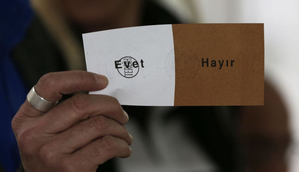 El principal partido de la oposición en Turquía impugnará los resultados del referendo que dio una estrecha victoria a la propuesta del presidente, Recep Tayyip Erdogan; se quejan de que la junta electoral aceptó boletas que no tenían el sello oficial. (AP)