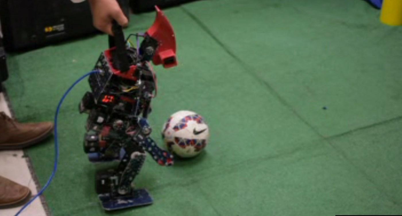 Robot que participa en concurso; estudiantes de ingeniería concursarán en Mundial de Robótica en Japón (Noticieros Televisa)