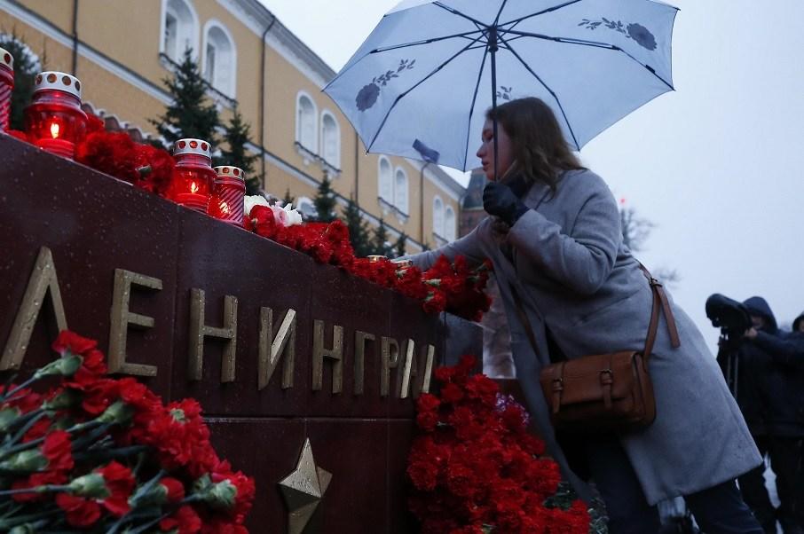 Una mujer pone flores durante un homenaje para las víctimas de la explosión en el metro de San Petersburgo (Reuters)