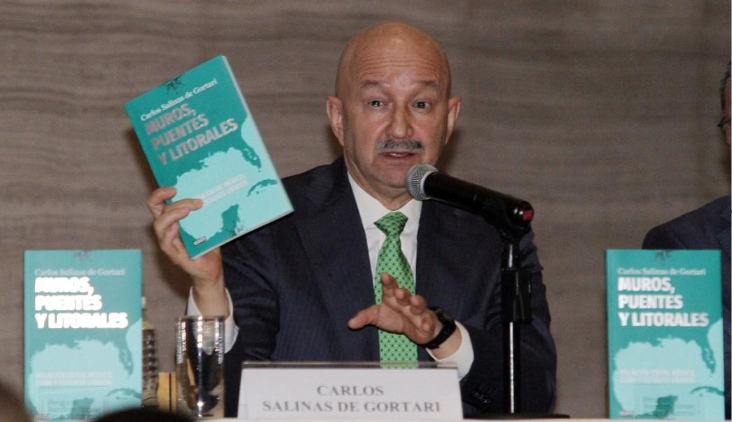 """Carlos Salinas de Gortari presenta su nuevo libro """"Muros, puentes y litorales"""". (NTX)"""
