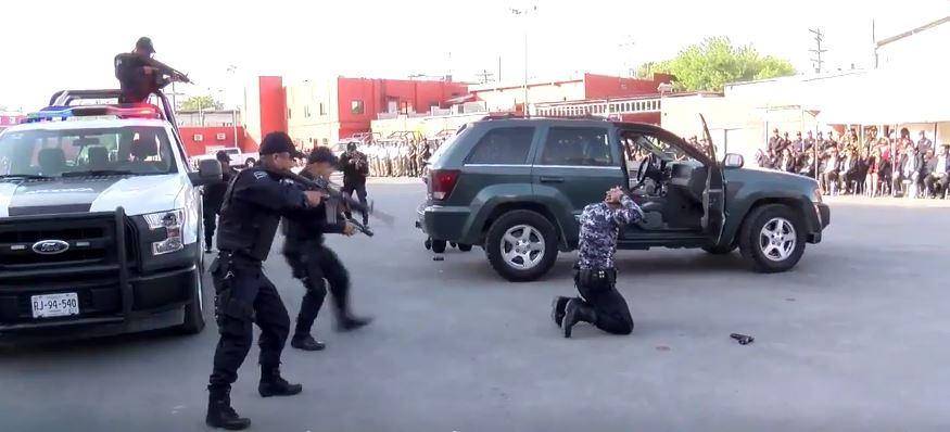 Politránsitos de Apodaca hacen demostración de cómo será su actuar. (Twitter @_LASNOTICIASMTY)