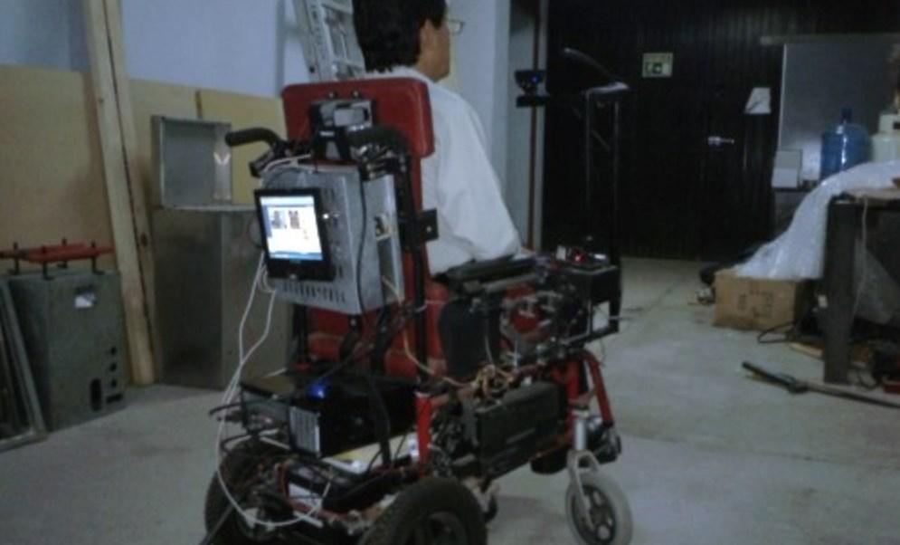 La silla de ruedas para personas con cuadriplejía está configurada como un agente inteligente y puede ser manipulada para que sólo obedezca órdenes de su dueño. (Twitter: colima_pm/Archivo)