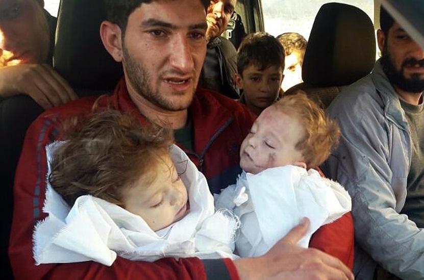 Sabdul-Hamid Alyousef, de 29 años, carga a sus bebés gemelos que murieron durante un presunto ataque con armas químicas, en Khan Sheikhoun, en la provincia de Idlib, Siria (AP)