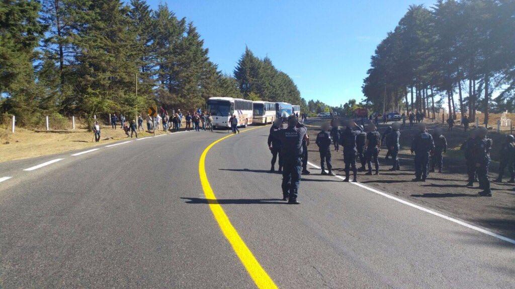 Policías vigilan carreteras de Michoacán ante manifestaciones de comuneros. (Twitter/@MICHOACANSSP)