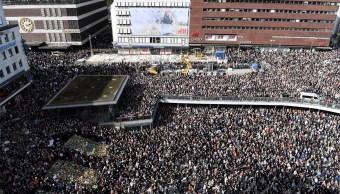 La gente se reúne en Sergels torg en el centro de Estocolmo para una vigilancia contra el terrorismo (Reuters)