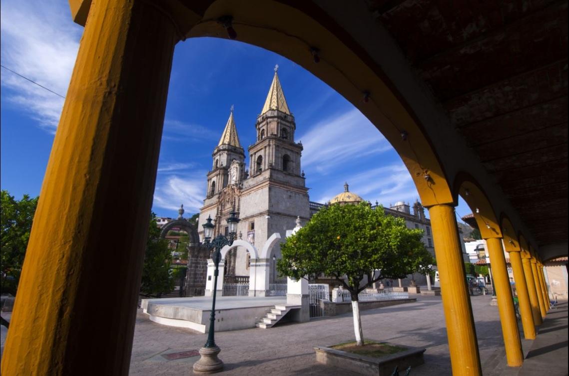 Vista de la plaza principal de Talpa, Jalisco