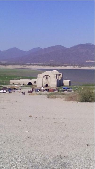 Templo dominico emerge de la presa Benito Juárez debido a la severa sequía que afecta a Oaxaca (Twitter @raultoledo70)