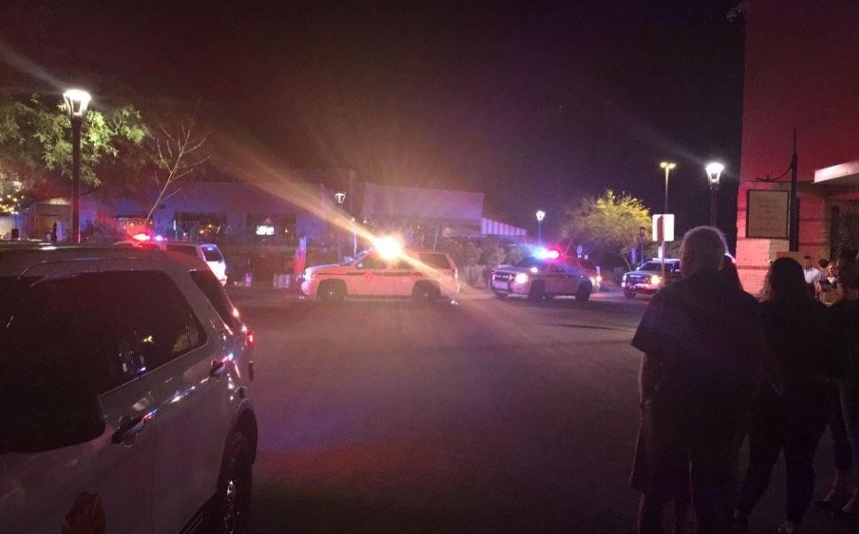 El tiroteo ocurrió alrededor de la noche del viernes en centro comercial La Encantada Mall, de Tucson. (@EJJunkerKOLD)