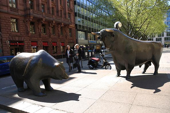 Esculturas de toro y oso afuera de la Bolsa de Frankfurt. (Getty Images)