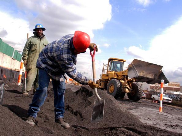 Trabajadores reparan una autopista de Philadelphia, Estados Unidos (Getty Images, archivo)
