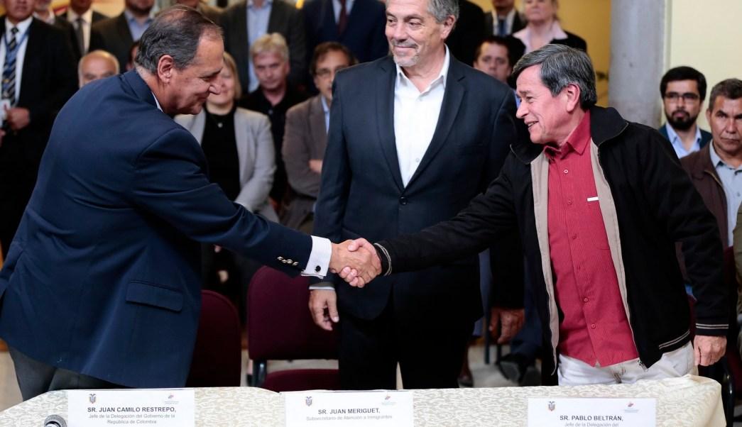 Los jefes negociadores del gobierno colombiano, Juan Camilo Restrepo, y del ELN, Pablo Beltrán, anuncian que trabajarán en un programa de desminado humanitario. (EFE)