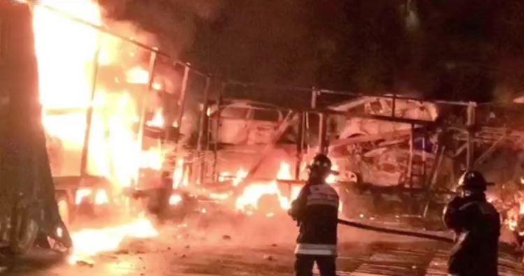 Las llamas calcinaron nueve vehículos que eran transportados en la unidad (Noticieros Televisa)
