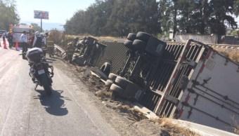 Debido al peso de la carga, la unidad quedó sobre una cuneta a un costado de la carretera a Nogales. (Twitter: @Notisistema)