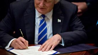 El presidente Donald Trump firma una orden ejecutiva. (Getty Images)
