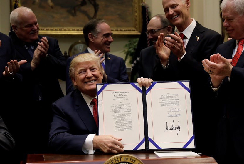 El presidente de EU, Donald Trump, sonríe después de firmar la Ley de Extensión y Mejoramiento del Programa de Selección de Veteranos, en la Casa Blanca en Washington, EU (Reuters)