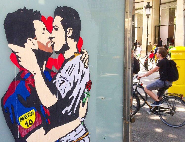 Tvboy tituló el beso de Messi y Ronaldo: 'El amor es ciego'.