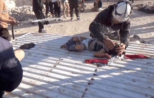 Un hombre ayuda a un niño tras el ataque con armas químicas en la localidad siria de Khan Sheikhoun. (Reuters)