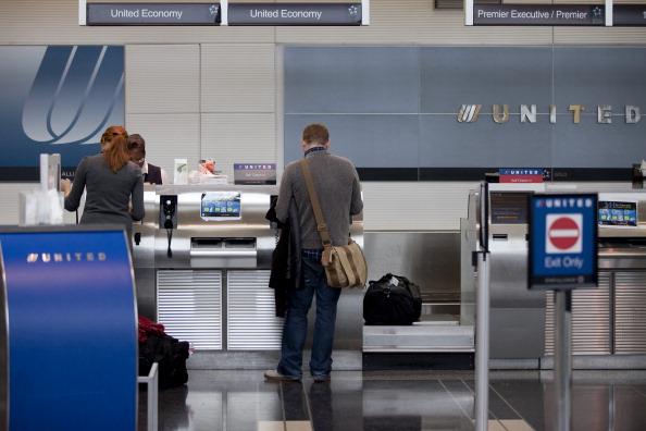 El año pasado, United Airlines forzó a 3,765 personas a ceder su asiento a cambio de una compensación, mientras 62,895 lo aceptaron voluntariamente. (Getty Images)