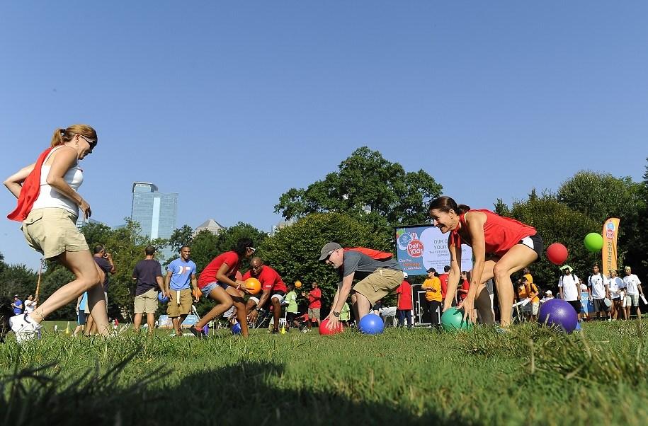 Varias personas juegan 'quemados' en Atlanta, Estados Unidos.