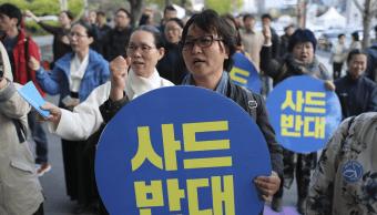 Varias personas protestan en Corea del Sur contra el sistema antimisiles de EU. (AP)