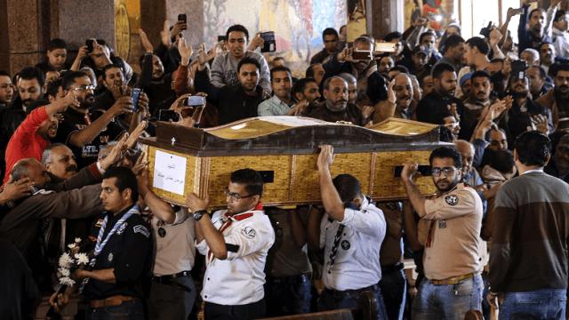 Varios hombres cargan el ataúd de una de las víctimas del atentado en Alejandría. (AP)