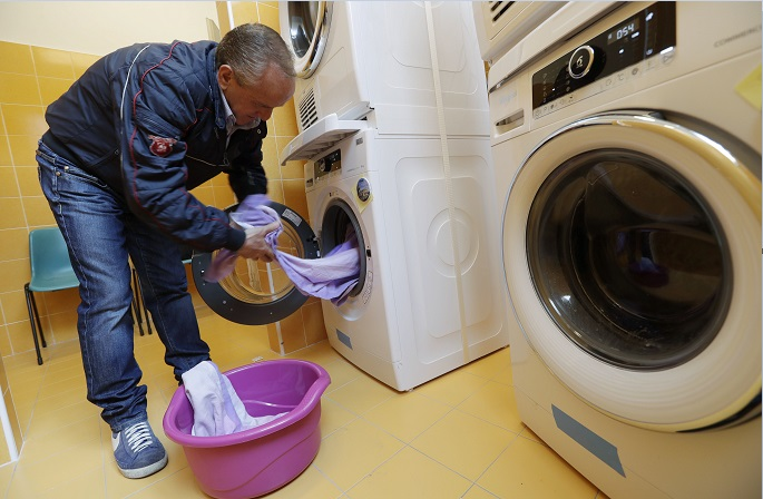 Ciro Guardaccione es un indigente que acude a la lavandería del Vaticano instalada en el centro comunitario Sant'Egidio, en Roma (AP)