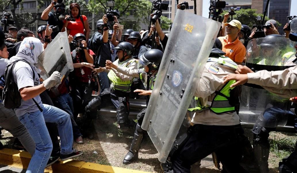 Opositores al régimen del presidente Nicolás Maduro y fuerzas de seguridad chocan en Caracas durante una manifestación (Reuters)