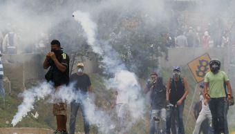La Guardia Nacional venezolana usó gases lacrimógenos para dispersar a los manifestantes. (AP)