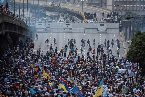 Fuerzas de seguridad de Venezuela reprimen una marcha de opositores en Caracas (Getty Images)