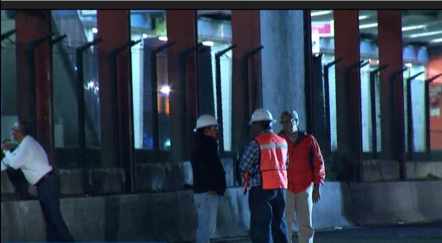 Autoridades de la Ciudad de México supervisan el montaje de una estructura que funcionará como puente sobre la calzada de Tlalpan (Noticieros Televisa)