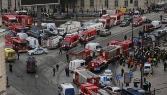 Vista general de los servicios de emergencia que asisten a la escena fuera de la estación de metro Sennaya Ploshchad, tras las explosiones en dos vagones de tren en San Petersburgo (Reuters)