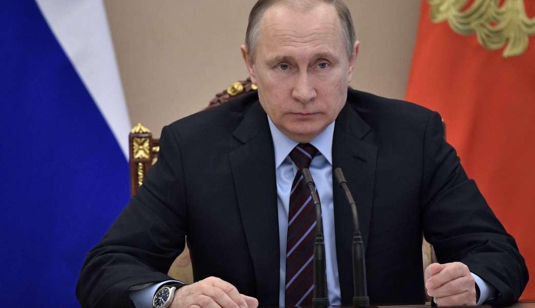 Vladimir Putin, presidente de Rusia, sentado tras de un escritorio