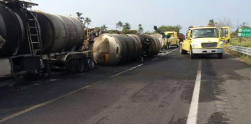 Una pipa cargada con 60 mil litros de diésel vuelca y se incendia en la autopista Nuevo Teapa-Cosoleacaque. (Noticieros Televisa)