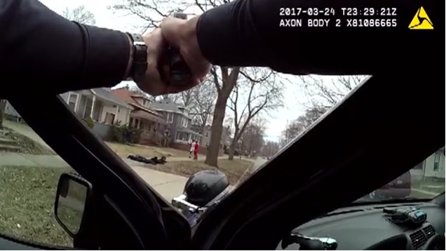 WOOD-TV reportó que los muchachos de 12 a 14 de edad se dirigían a su casa después de jugar baloncesto.