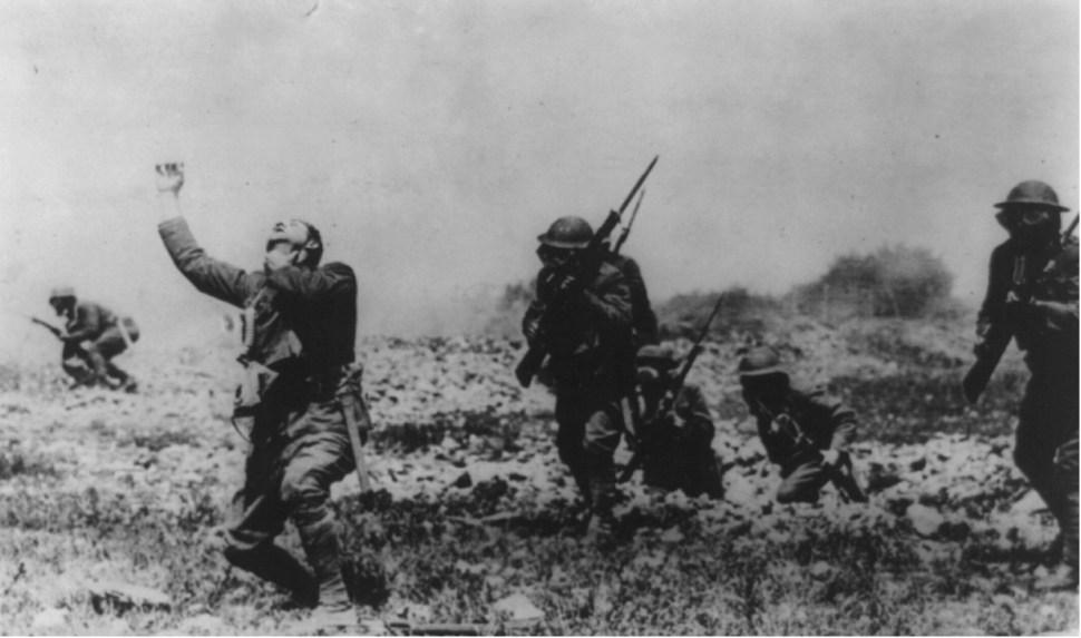 Soldado estadounidense reacciona ante un ataque de gas (Reuters, archivo)
